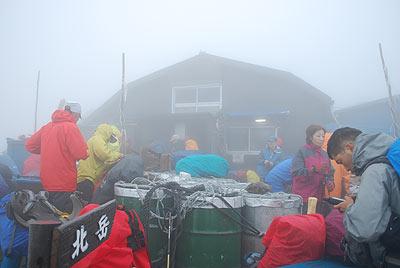 肩の小屋 霧で視界が悪い
