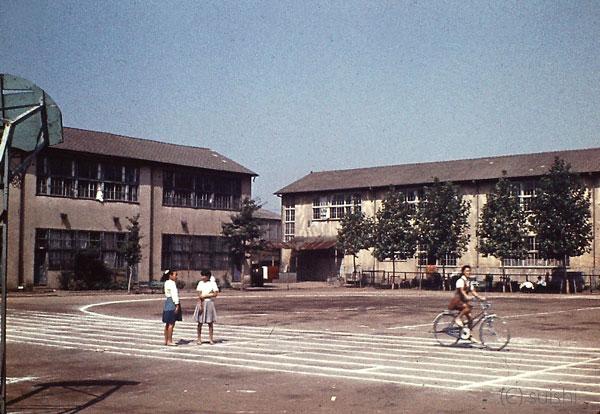 1962年:木造校舎の中学校 | SUI...