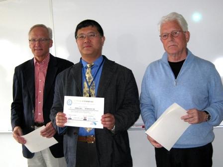 ヤン・ヴェンストレム教授、ヤン・リンデ教授より終了証書を受ける
