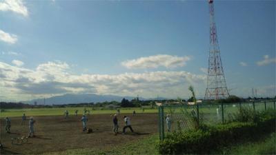 深谷通信施設で練習する少年野球チーム