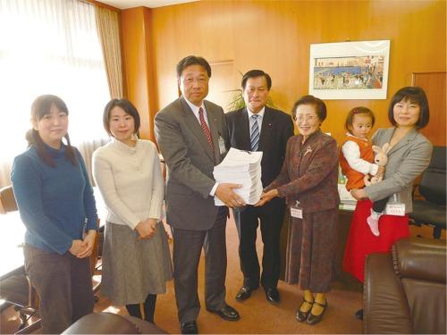 【泉区で安心の出産を!】 大場茂美副市長に要望署名を提出