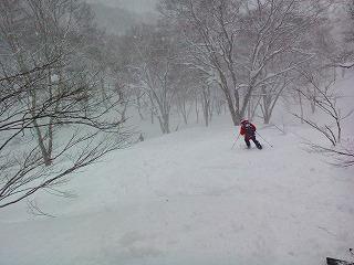 黒川沢へ滑り込む谷