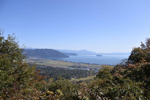 竹生島とその向こうに伊吹山が