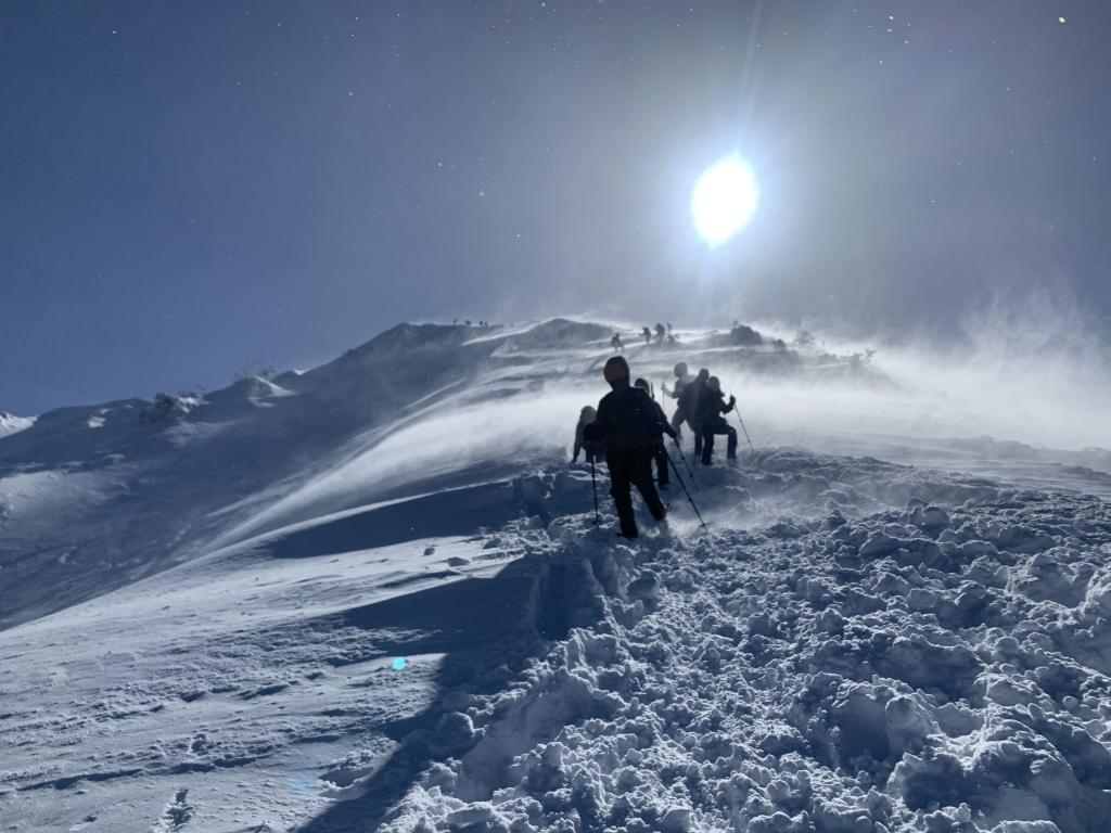 突風と雪の襲撃