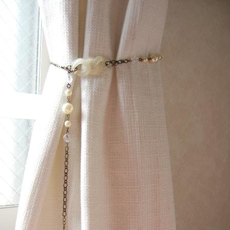 いらないネックレスをカーテンのタッセルに