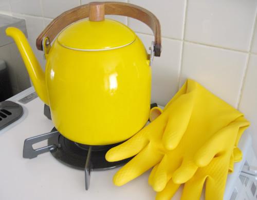黄色のヤカンとゴム手袋