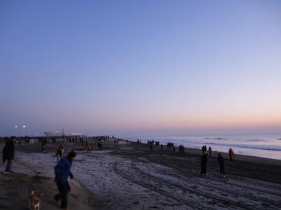 白里海岸、日の出を待つ人