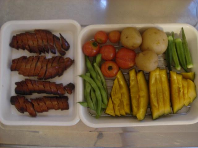 焼き豚と蒸し野菜。