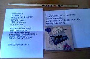 「Holly Days」にもらったデニーのサイン、アランが使っていたピック、演奏者の足下に置いていたセットリスト、ドラマーが使っていたスティック