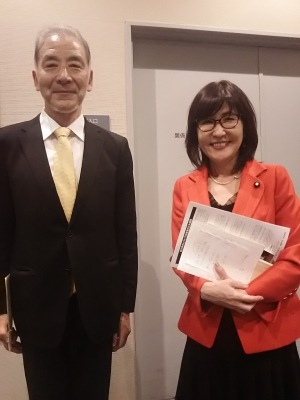 久しぶりに文京シビックのホールが満員になりました。登壇者は稲田朋美衆議院議員、山田宏参議院議員、松原仁衆議院の三名です。稲田さんは「百人斬り」訴訟が政界への