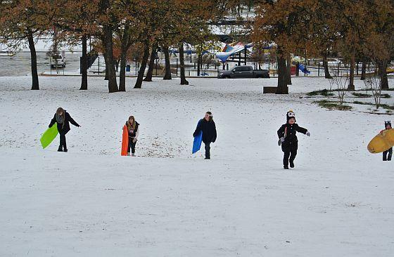 雪ソリで盛り上がるアメリカの子どもたち