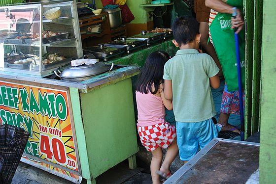 マニラのローカル商店と子どもたち