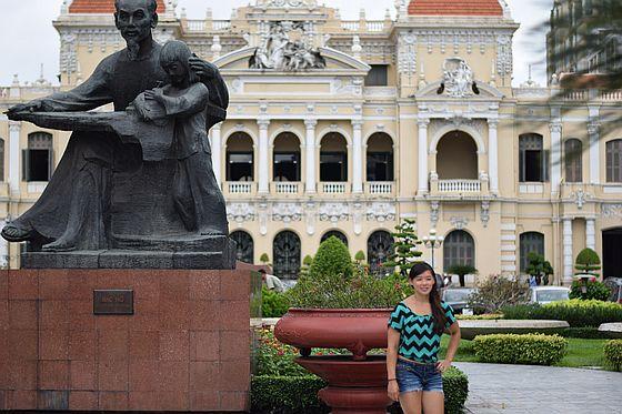 ホーチミン市人民委員会庁舎前のホー・チ・ミン像
