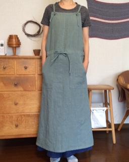天日干しリネンのジャンバースカート風エプロン。 ロング丈なのでカッコ良く着こなしてもらえたらと... pritのTシャツ  Lin&Linインディゴリネンのマキシパンツと ...