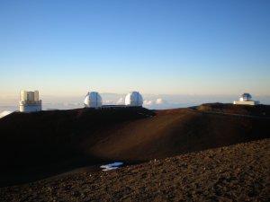 頂上付近にある各国の天体観測所