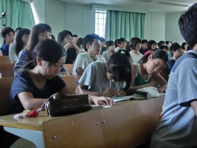 特別参加の小学生もメモを取りながら真剣に聴いています。