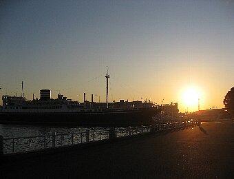 横浜 「氷川丸」と朝日
