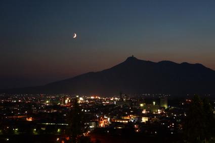 三日月と街の明かり