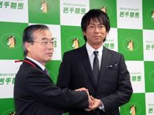 「岩手の顔」となった東幹久さん(右)