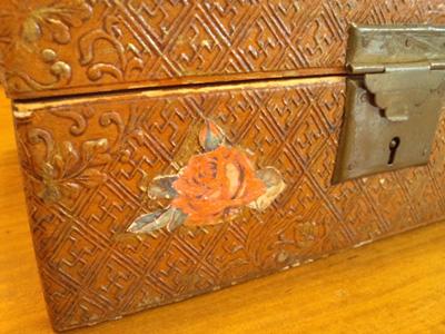 クロモスで装飾された古い小箱