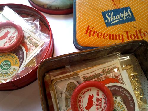 イギリス Vintage Tin缶 コラージュセット【DAISY】シブヤの駅前 くりくり名店街♯2 日本全国 手芸屋 雑貨屋 ハンドメイドのステキなお店アンティーク、ヴィンテージの名店と出会える7日間