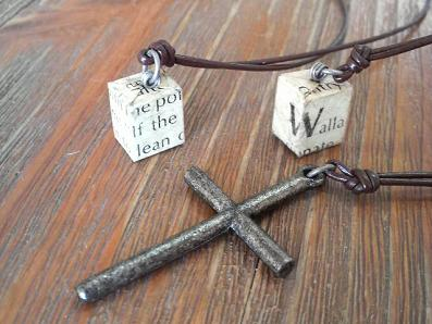 英字キューブと細い十字架