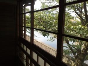窓からは浅野川