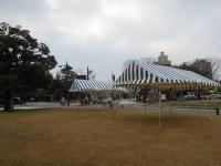 青と白のしましまのテント