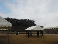テントを立てる男たち