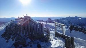 木曽側木曽駒ヶ嶽神社と、奥は伊那側にある伊那駒ヶ嶽神社