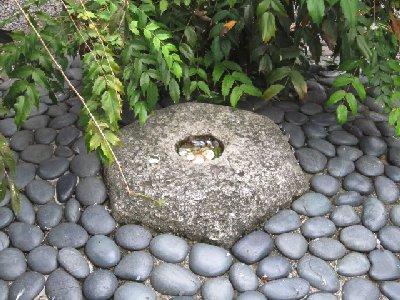 へそ石(六角堂).JPG