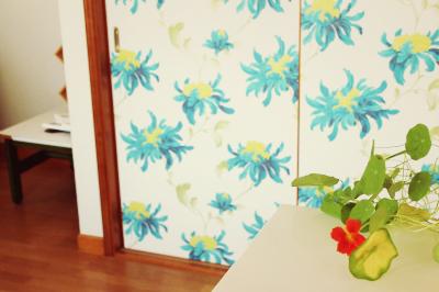 夏の壁紙 青い花柄 北欧風