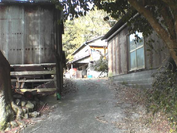 古い母屋と牛舎以外はそのまま