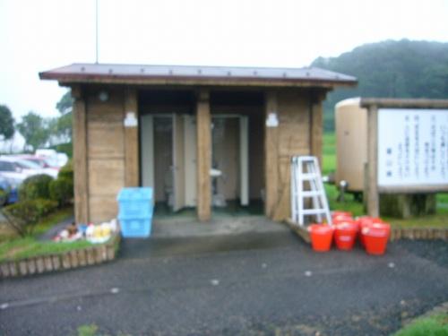 H210809小雨にかすむトイレ