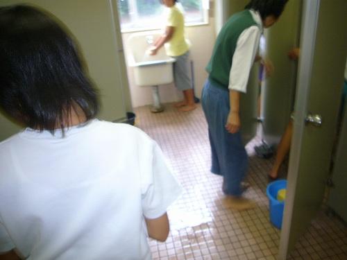 H210913一生懸命掃除する児童?