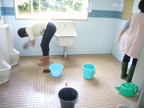 H210913一生懸命掃除する先生方
