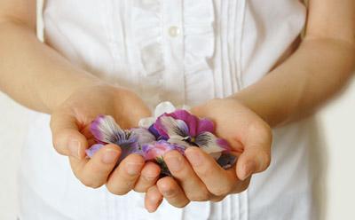 花びらと女性 - 無料写真素材