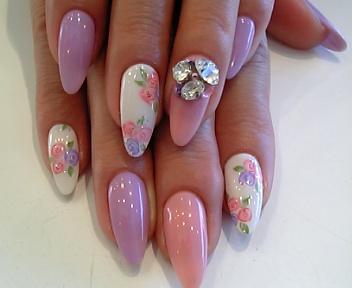 ピンクとラベンダーにお花のアートが入り春らしさアップ♪♪お花はフラットアートなのでツルンとした仕上がりです☆そこに、ビックサイズのタマサマがゴージャスな輝き