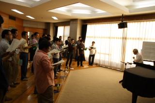 熱く練習にとりくむ笹倉先生とOB