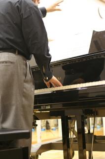 笹倉先生、ピアノに立つ。