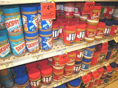 スーパーの棚には、ピーナッツバターがずらりと並ぶ。クリーミー、クランチー、オーガニック、トランス脂肪酸なし、と種類もさまざま。