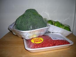 パックされた野菜と肉