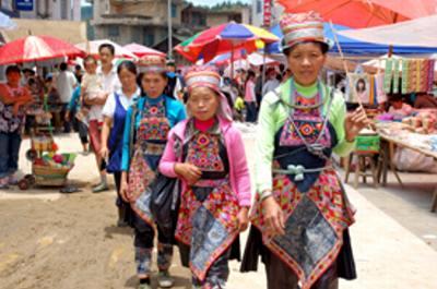市場で出会ったミャオ族の女性たち