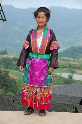 山の上の小さな村で女性に着てもらった盛装