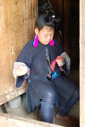 濃紺を基調にしたシックな衣装。山奥の村では若い女性も刺繍をする