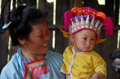 子ども用の盛装の帽子。ミャオ族は銀飾りも多用する