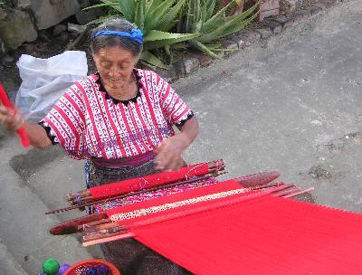 織物をするおばあちゃん