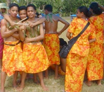 ある高校のサモアンカルチャーデー。グループで同じ布を買えばおそろいのユニフォームも簡単にできる。