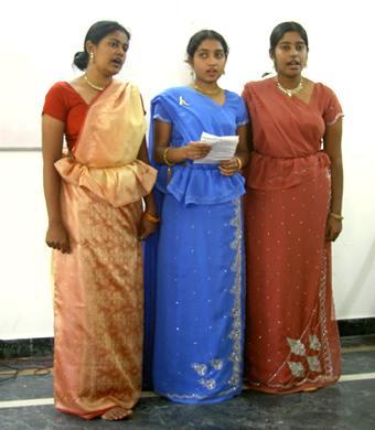 スソを腰のところから、ヒラヒラ出して着るのは、スリランカスタイル