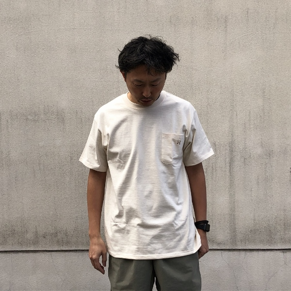 H EMB POCKET T-shirt HRMベージュ ハリウッド (600x600).jpg